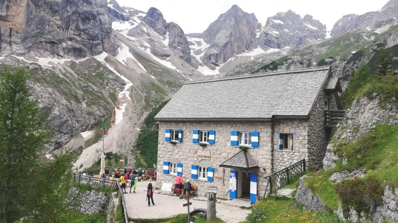 Rifugio Falier in Valle Ombretta ai piedi della Marmolada
